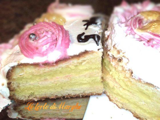 Torta classica di compleanno con crema e panna