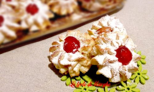 Biscotti di pasta di mandorle con ciliege candite