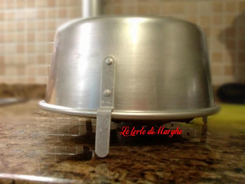 Una volta che la torta chiffon è cotta toglietelo dal forno e capovolgete lo stampo con la torta chiffon e appoggiatelo sugli appositi piedini,lasciatelo raffreddare