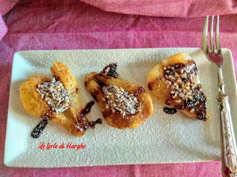Pere caramellate con granella di nocciole e cioccolato
