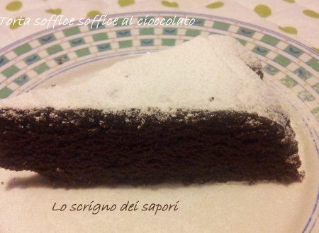 Torta soffice soffice al cioccolato senza uova, burro e latte