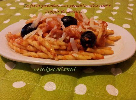 Trofie al pomodoro con pancetta, olive nere e scaglie di pecorino