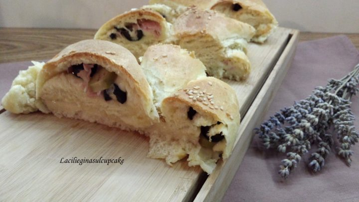 Panbrioche con cotto, provola e olive