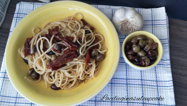 Spaghetti con pomodorini secchi e olive taggiasche