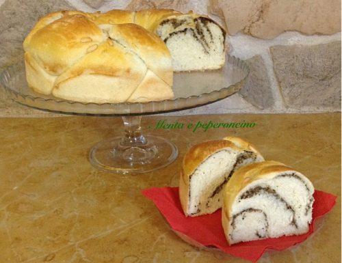 Treccia di pane con olive e pinoli