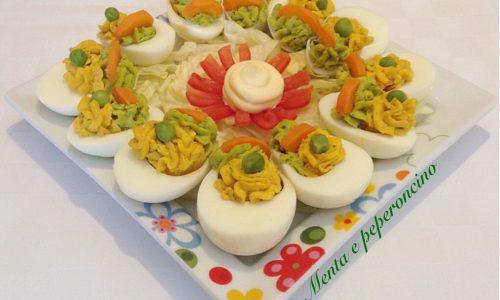 Uova sode farcite con piselli e carote