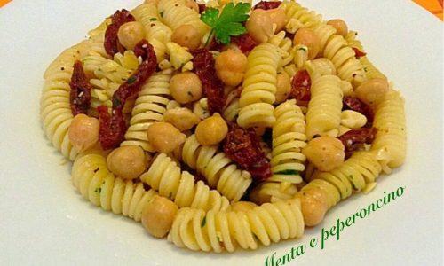 Pasta fredda pomodori ceci e mandorle