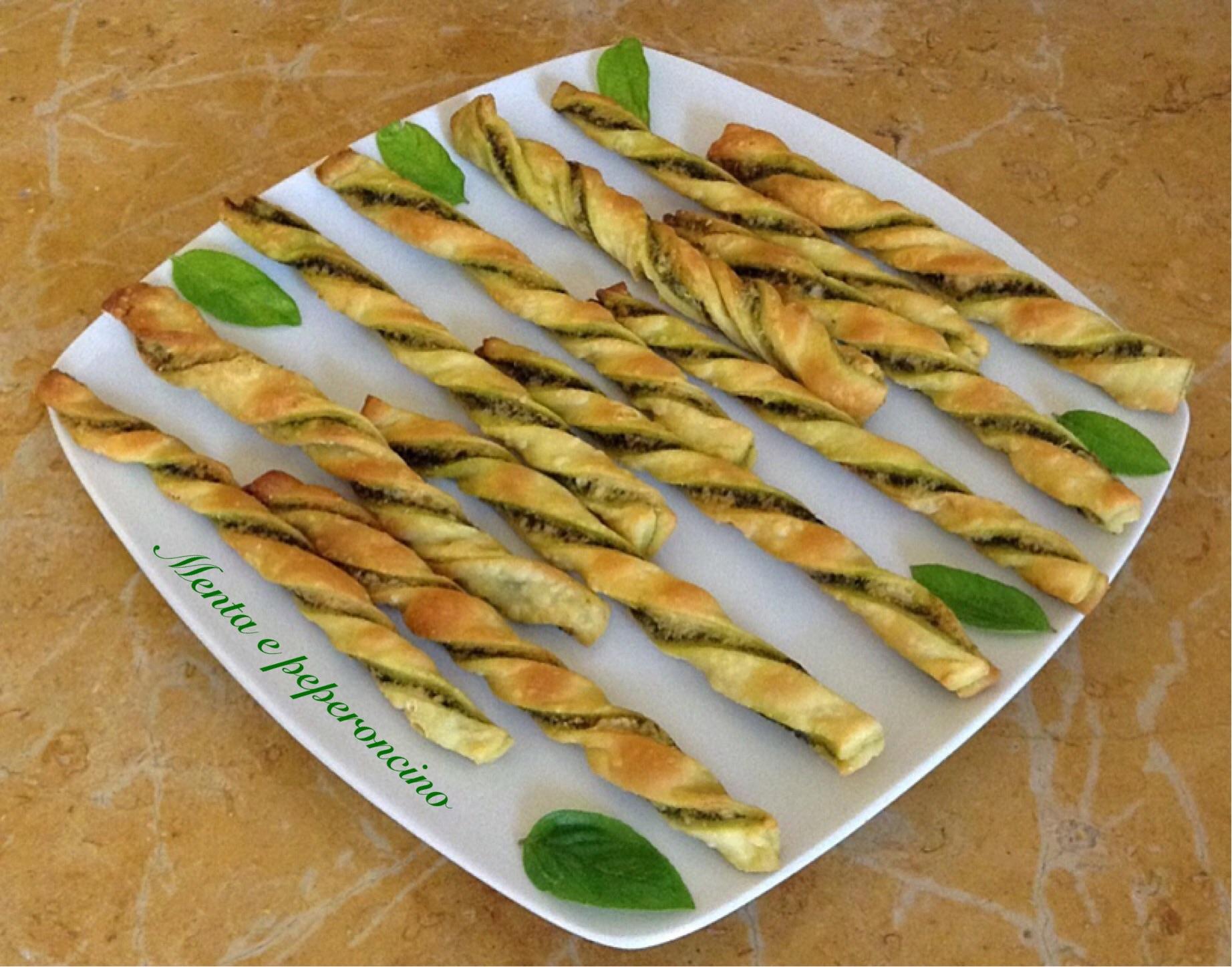 Grissini di pasta brisè con salsa al basilico