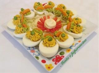 Uova sode ripiene di piselli e carote