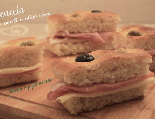 Focaccia con olive verdi e olive nere