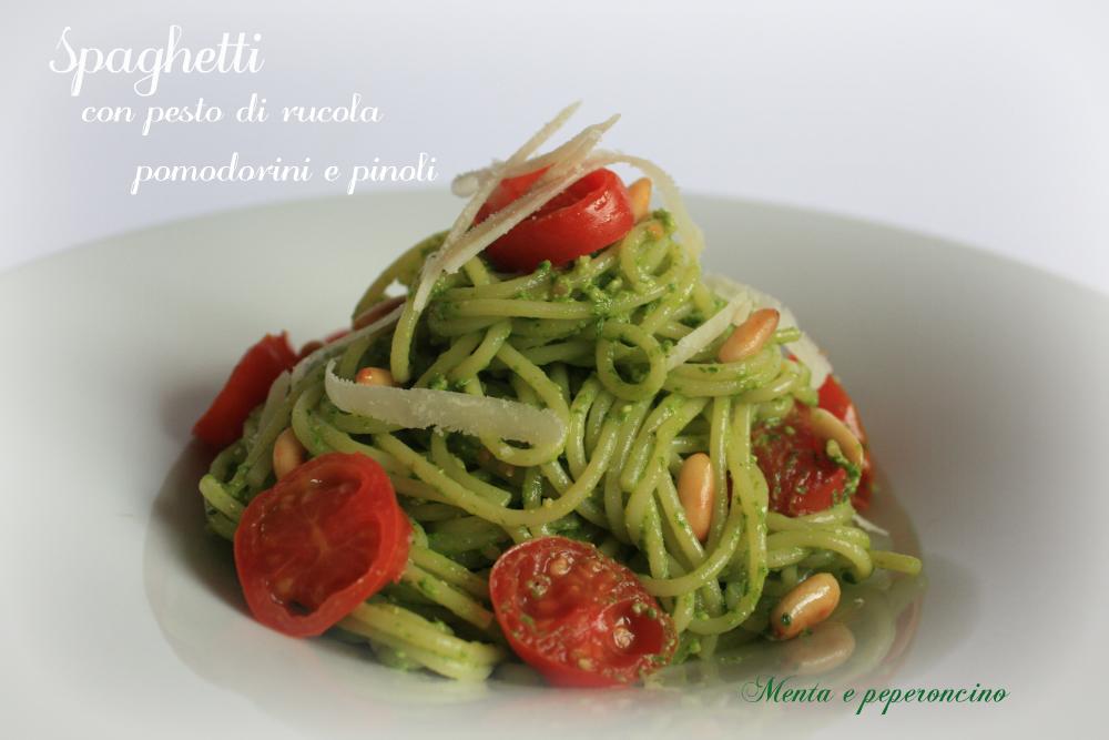 Spaghetti con pesto di rucola pomodorini e pinoli