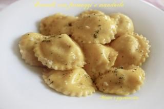Ravioli con formaggi e mandorle