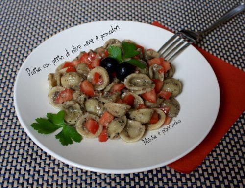 Pasta con pesto di olive nere e pomodori