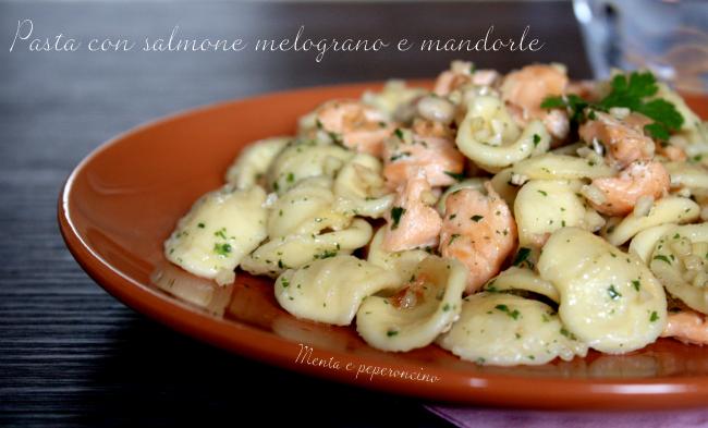 Pasta con salmone melograno e mandorle