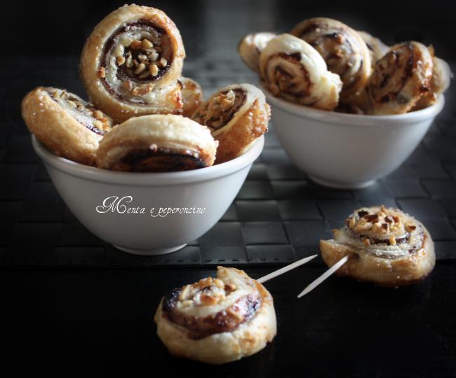 Girelle di pasta sfoglia con marmellata e nocciole