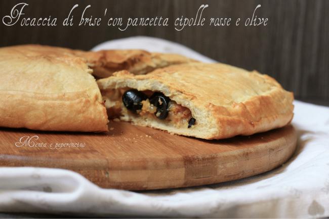 Focaccia di brisè con pancetta cipolle rosse e olive