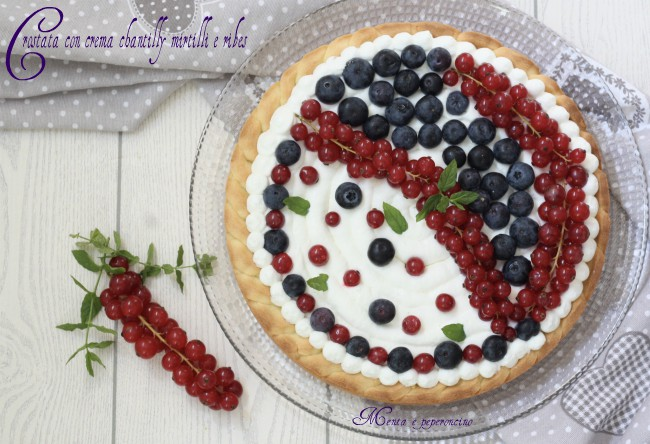 Crostata con crema chantilly mirtilli e ribes