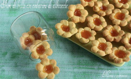 Fiori di frolla con confettura di albicocche