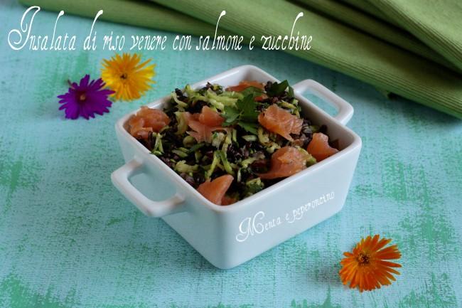 Insalata di riso venere con salmone e zucchine