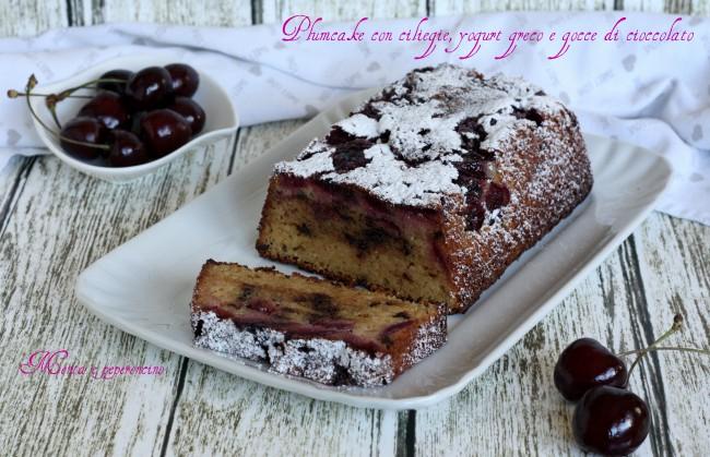 Plumcake con ciliegie, yogurt greco e gocce di cioccolato