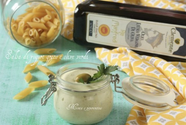 Salsa di yogurt greco e olive verdi