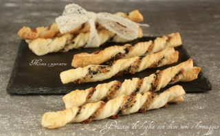 Grissini di sfoglia con olive nere e formaggio
