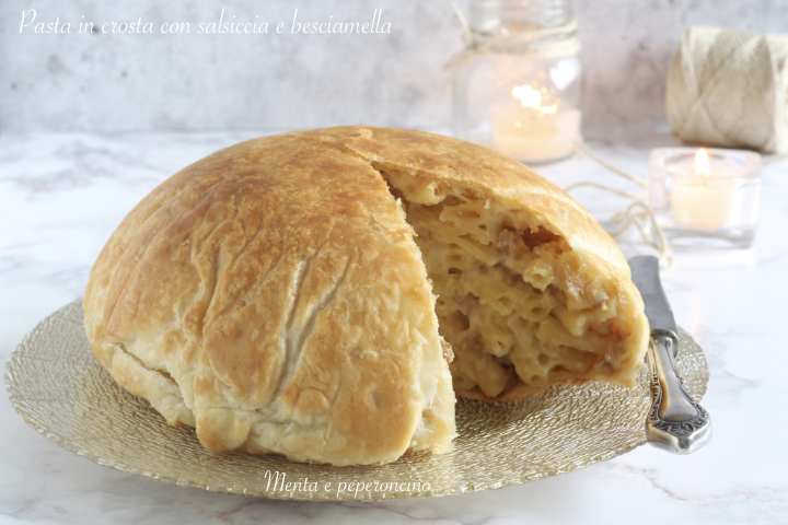 Pasta in crosta con salsiccia e besciamella