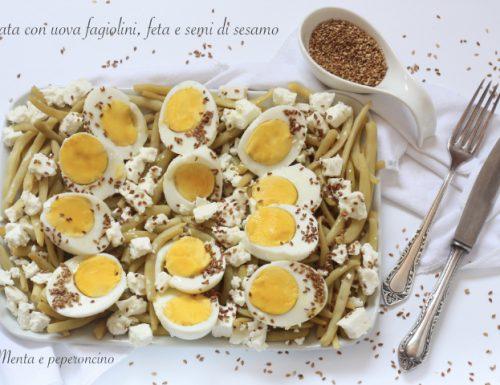 Insalata con uova, fagiolini, feta e semi di sesamo