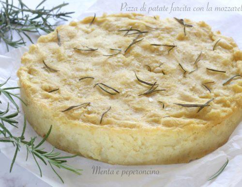 Pizza di patate farcita con la mozzarella
