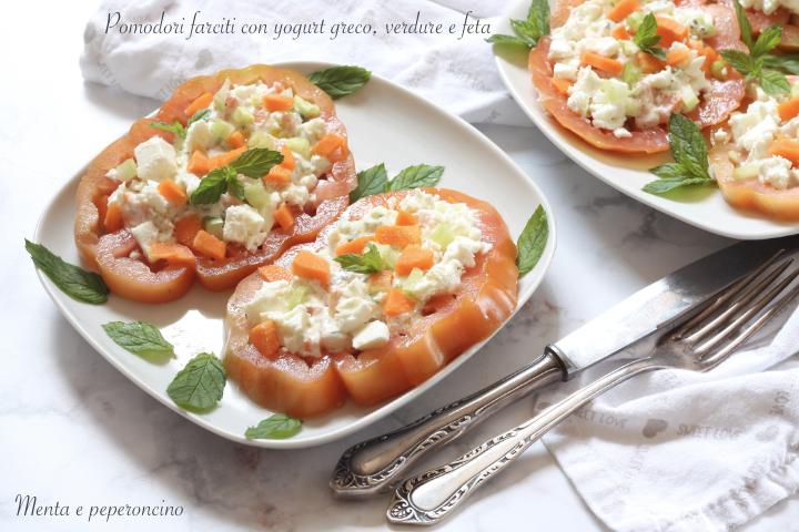 Pomodori farciti con yogurt greco, verdure e feta