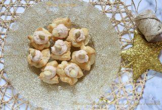 Mini cestini di sfoglia con mousse di salmone e mandorle