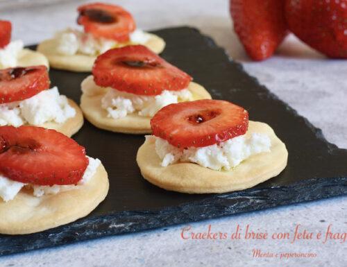 Crackers di brisè con feta e fragole