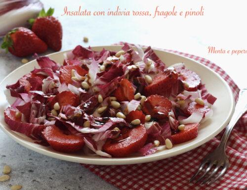 Insalata con indivia rossa, fragole e pinoli