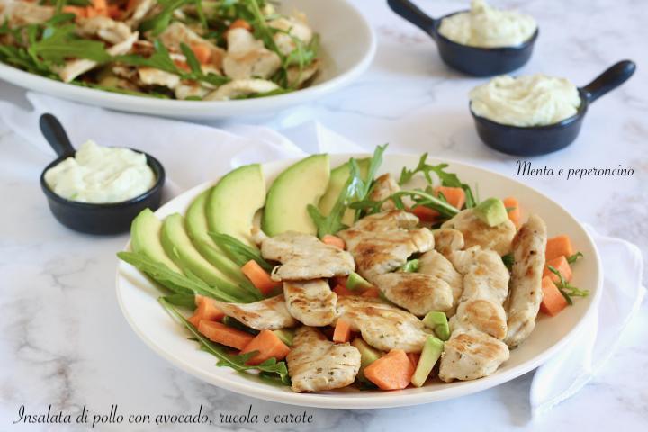 Insalata di pollo con avocado, carote e rucola