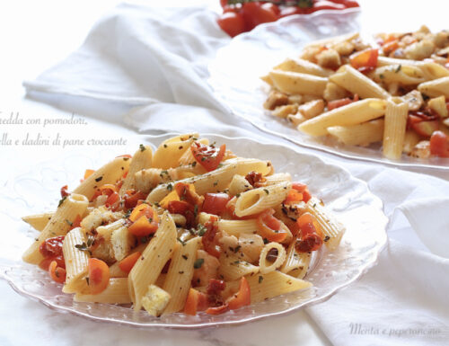 Pasta fredda con pomodori, mozzarella e dadini di pane croccante