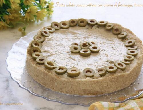 Torta salata senza cottura con crema di formaggi, tonno e olive