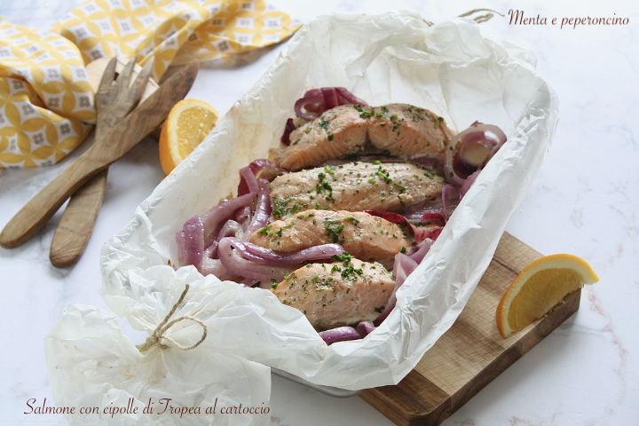 Salmone con cipolle di Tropea al cartoccio