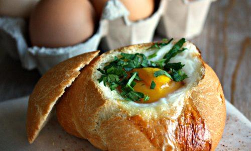 Nido di pane con uovo e formaggio