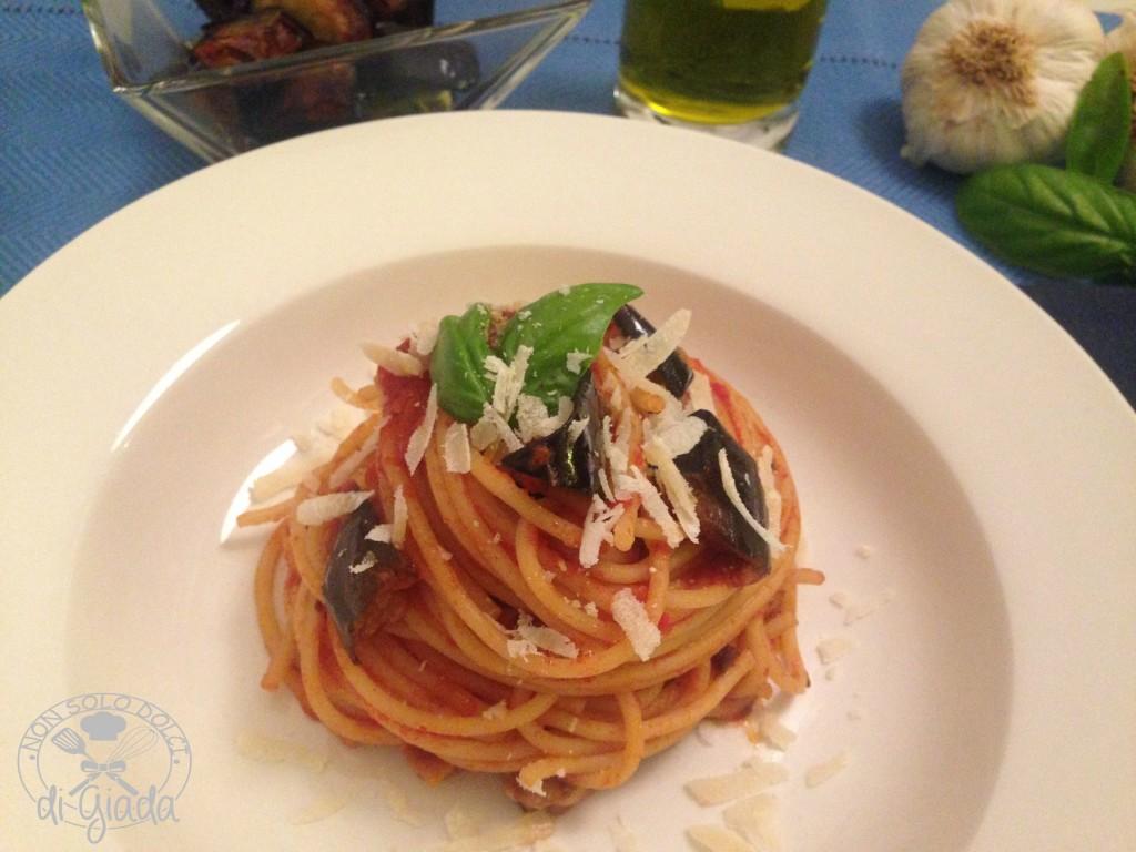 Spaghetti con pomodoro e melanzane
