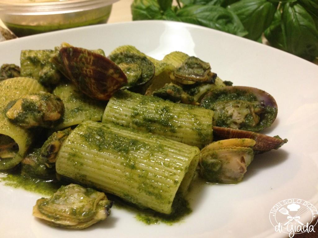 Paccheri con vongole e pesto di basilico