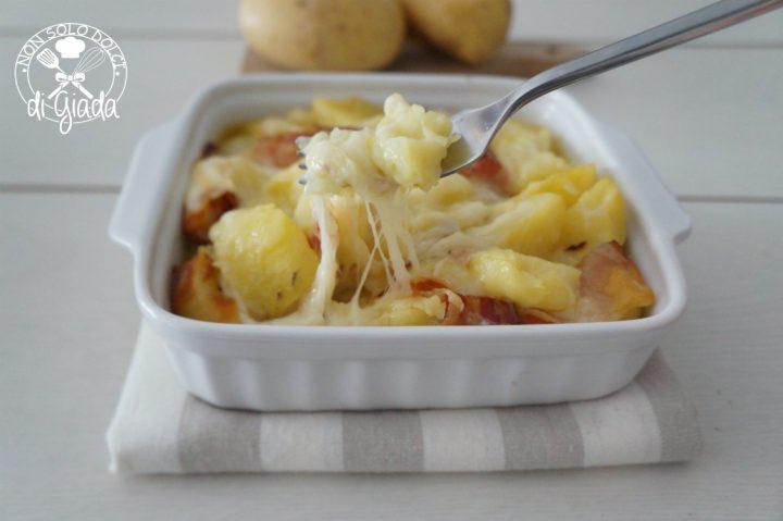 Patate, pancetta e provola filante.