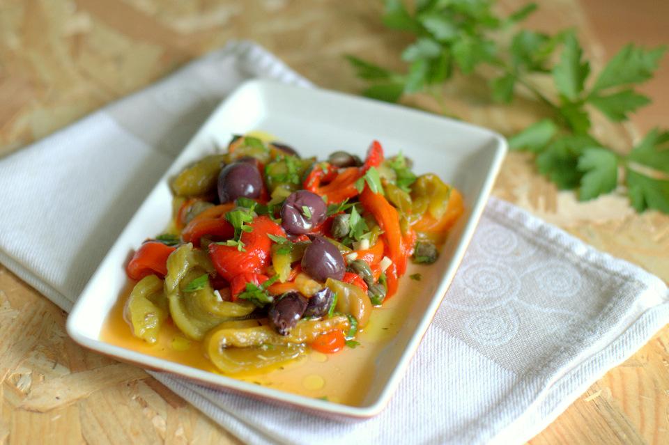 Peperoni arrostiti saltati in padella con olive e capperi