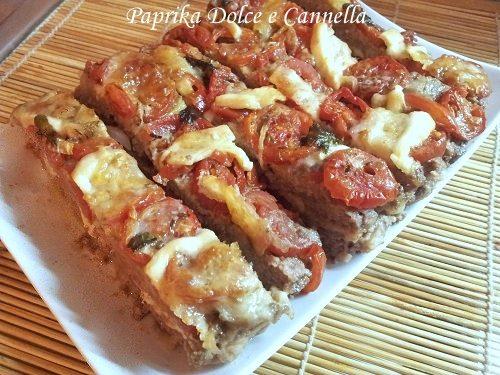 Pizza di Carne con Pomodoro Mozzarella e Basilico