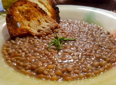 Zuppa di lenticchie con crostini di pane