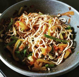 Ricetta Noodles Uova.Noodles Con Verdure E Uova Strapazzate Quella Pasticciona Di Vero