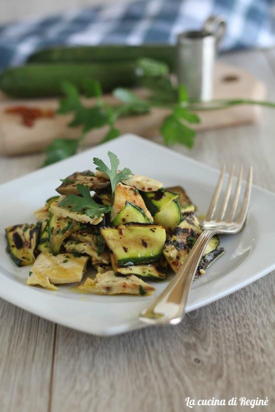 Insalata di pollo e verdure grigliate