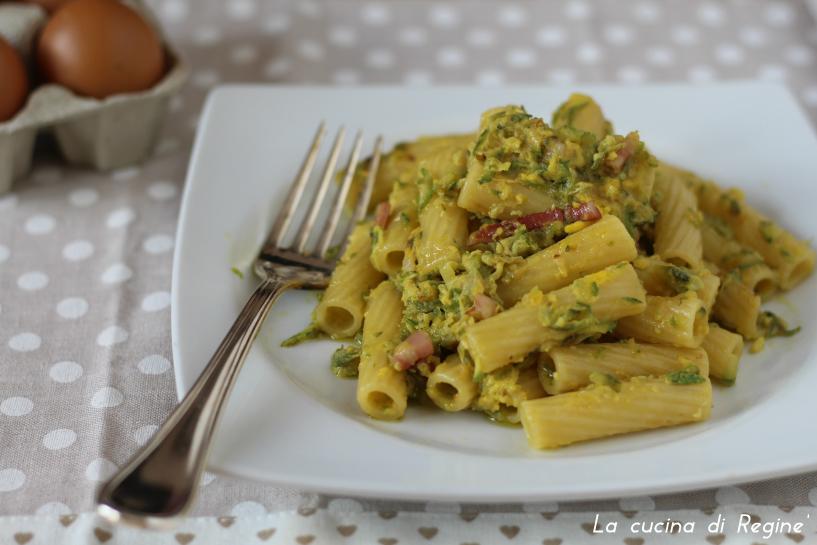 Pasta con zucchine pancetta e uova