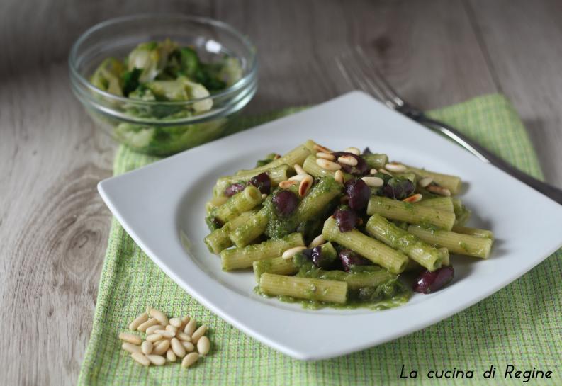 Pasta con crema di scarola capperi e olive