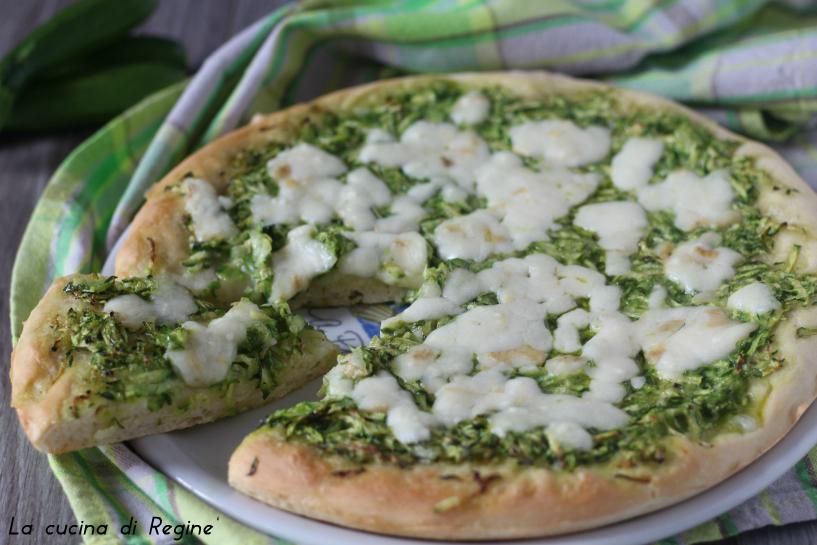 Pizza bianca con zucchine e mozzarella