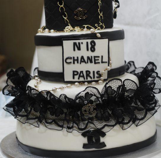 Torta Chanel in pasta da zucchero